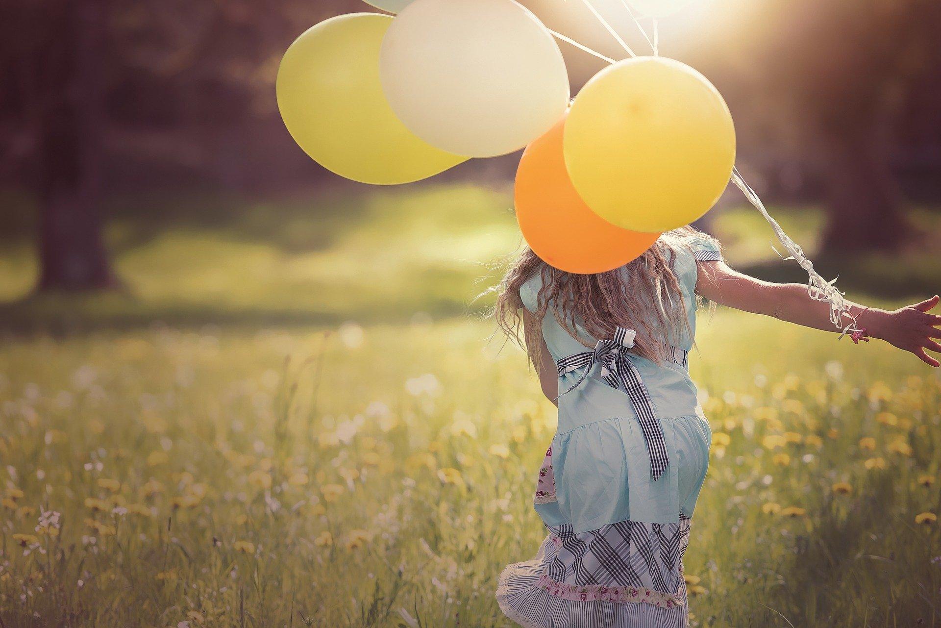 風船を持って自由に遊ぶ女の子