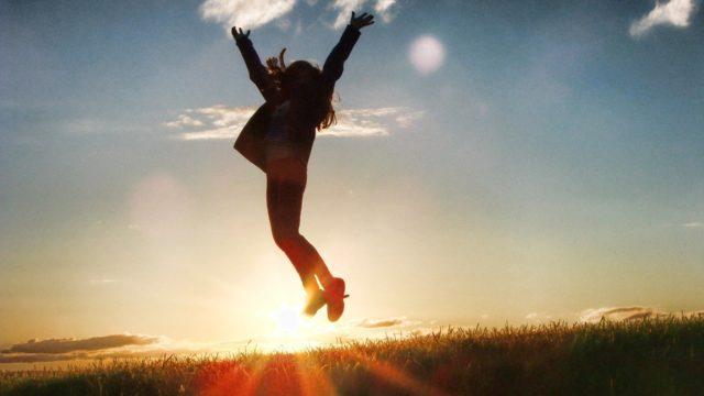 喜んでジャンプしている画像